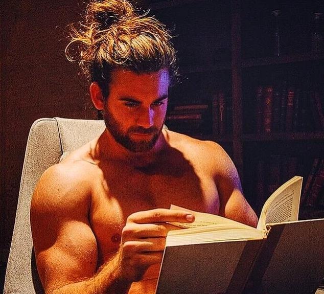 Karşı cinsi kitap okurken görmek