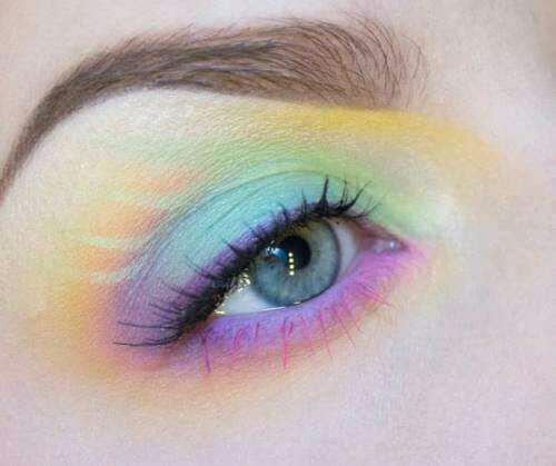 Sizce göz makyajını itici kılan nedir?
