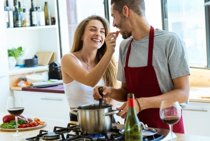 Yemek yapmayı bilen erkek kadınların gözünde daha mı öndedir?