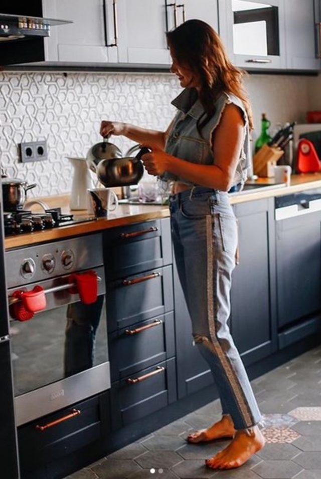 Ajda Pekkan'ın mı yoksa, Nurgül Yesilçay'ın mı mutfak hali daha güzel sizce ? Mutfak savaşları mı başlıyor sence ?