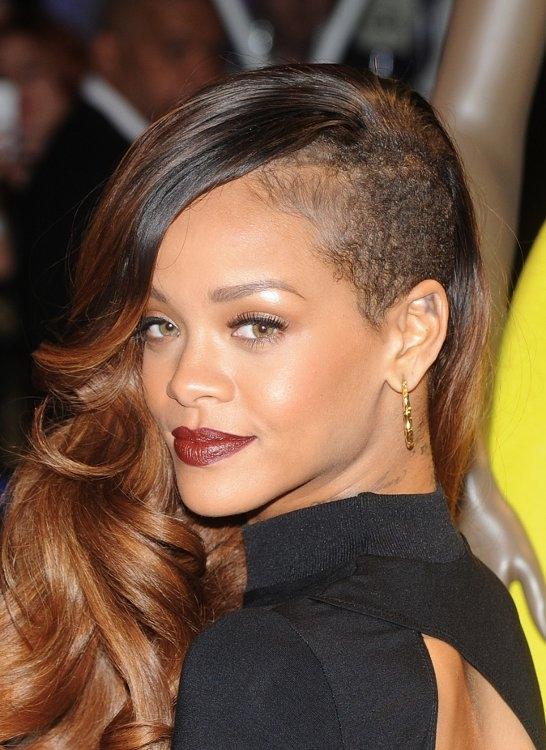 Saçlarını kazıtmalarına rağmen güzelliklerinden hiçbir şey kaybetmemiş 6 kadın ünlü içinde favoriniz hangisi?