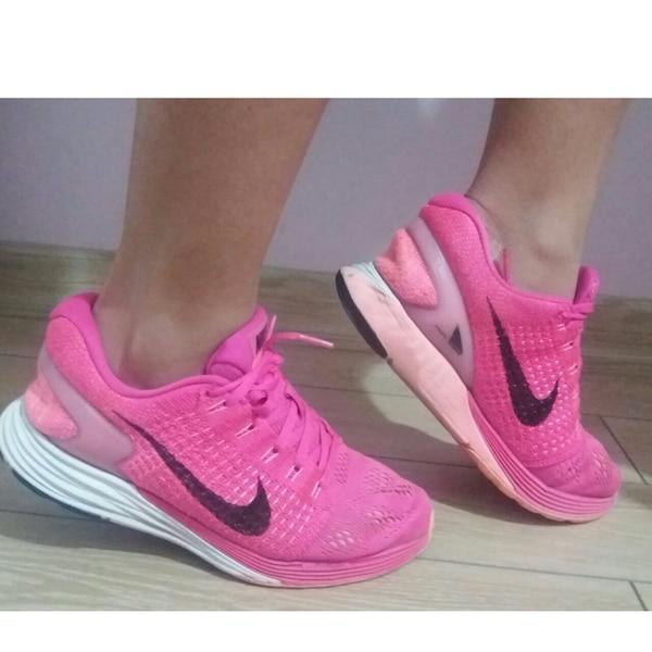 Kız arkadaşım için pembe spor ayakkabının üstüne hangi şortu almalıyım?