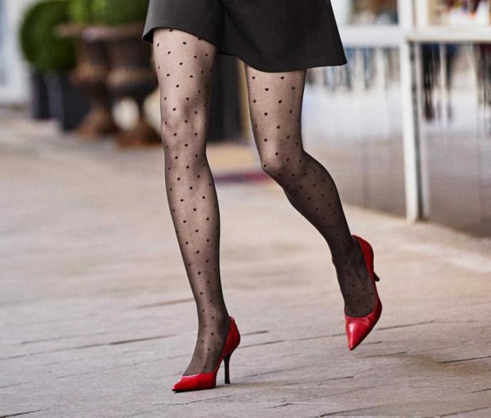 Etek altında çıplak bacaklar mı daha seksi yoksa çoraplar mı?