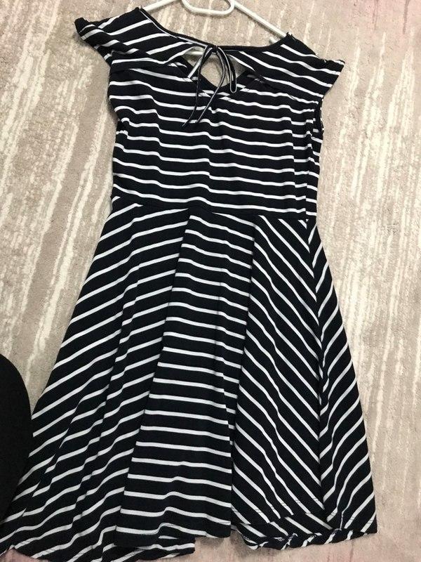 Kendime aldığım çizgili siyah beyaz mini elbiseme hangi spor ayakkabı tercih etmeliyim?