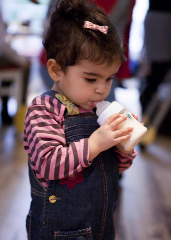 Çocukların 2 yaşından sonra sütünü hâlâ biberonla içmesi doğru mu sizce?