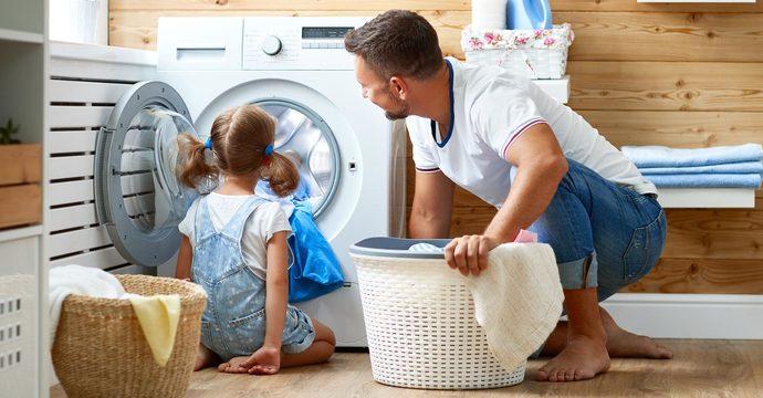baba kız çamaşır yıkama
