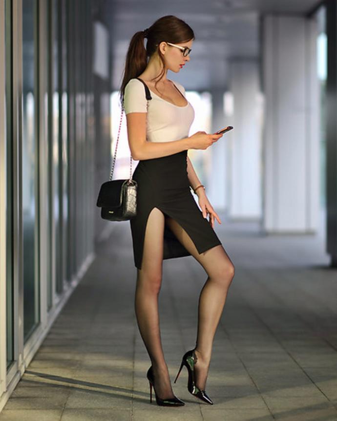 Derin yırtmaçlı etek, elbise tercih eder misiniz? Sizce de çok şık durmuyorlar mı?