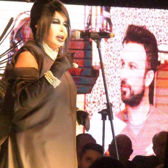 Bülent Ersoy, sahneye çıkmaya çalışan kadın hayranına mikrofonuyla vurma konusunda haklı mı?