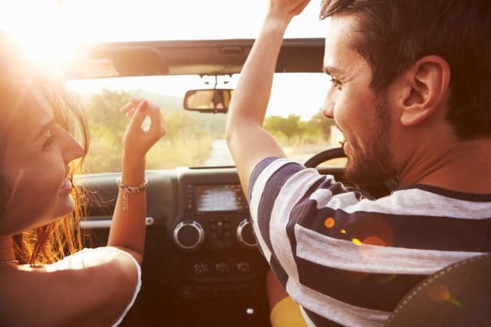 Kulaklıkla dinlenilen müzik mi, yoksa arabada son ses dinlenilen müzik mi daha heyecan vericidir?