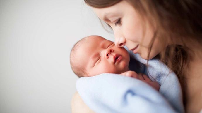 Yeni doğan bebeklere anne sütü ne zaman verilmeli?