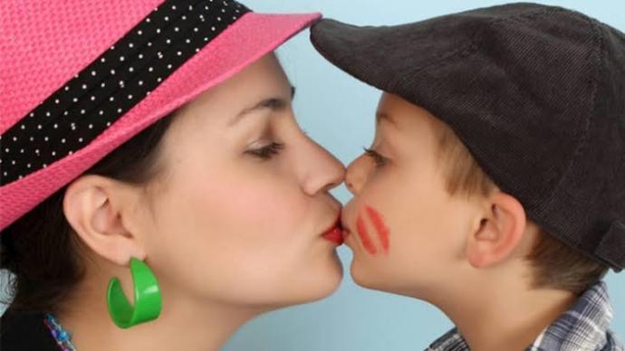 Annelerin çocuklarını dudağından öpmesinde bir sakınca var mıdır?