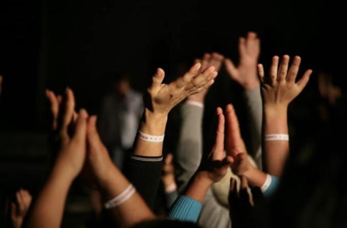 Kimler ayakta elleri gorelim mi?