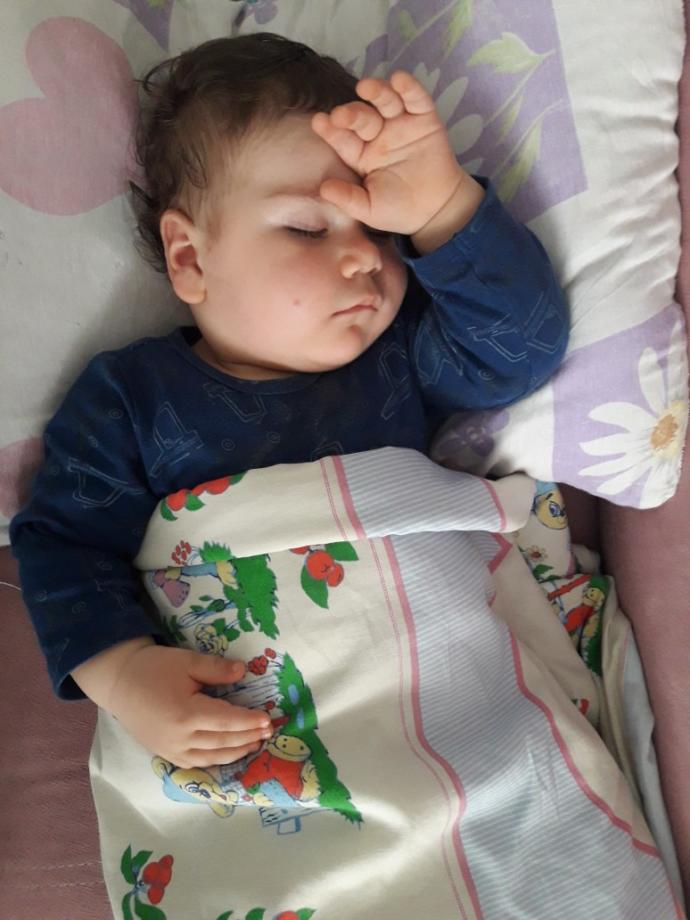 Yeğenim uyurken fotoğrafını çektim instagramda storye aticam ne yazsam sizce?🤔🤔😂😂😂?