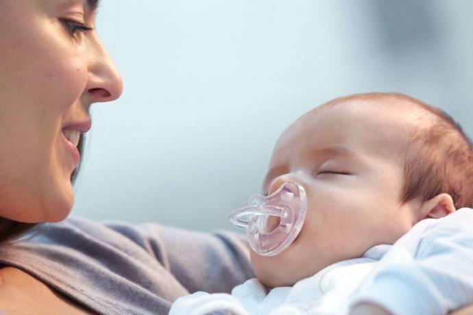 Emzik kullanan bebekler anne memesini çabuk mu bırakır?