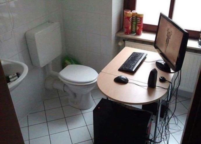 Yeni çalışma masam, artık yerimden kalkmamı gerektiren bir şey kalmadı. Beğendiniz mi?