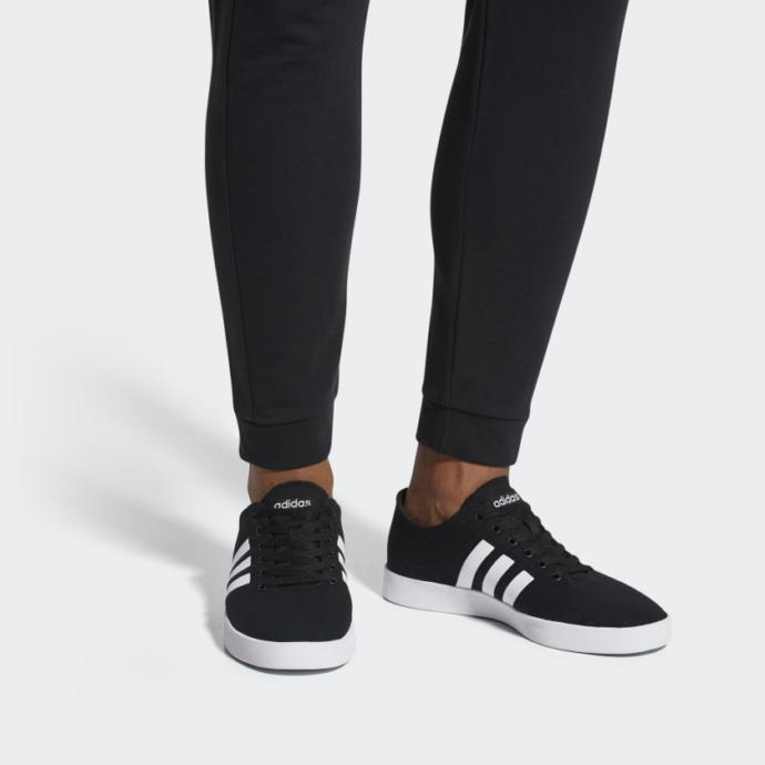 Hangi ayakkabi daha guzel? (Siyah bağcık mi beyaz mi)?