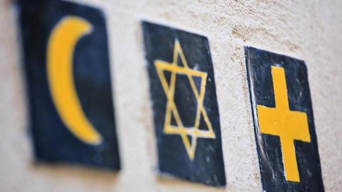 Dini semboller mesai saatlerinde yasaklanıyor
