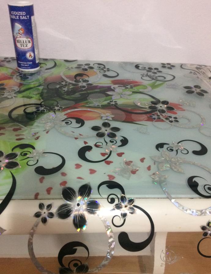 Şeffaf desenli içi simli masa örtüsü buldum deterjanla yıkadım sizce nasıl?