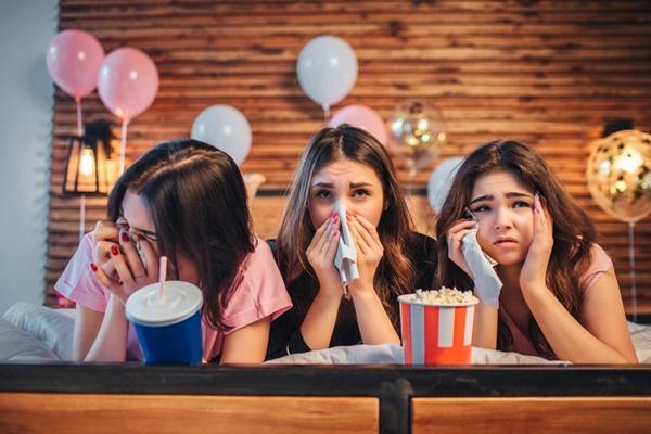 Kadınlar duygusal filmleri neden sırf ağlamak için izler?