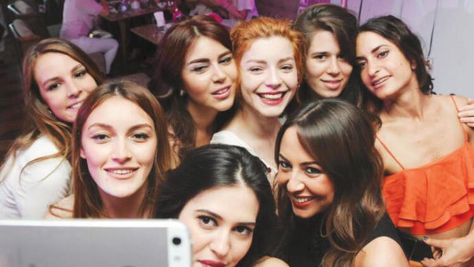Bütün kızlar toplandık diyebileceğim bir arkadaş grubum da hiç olmadı.