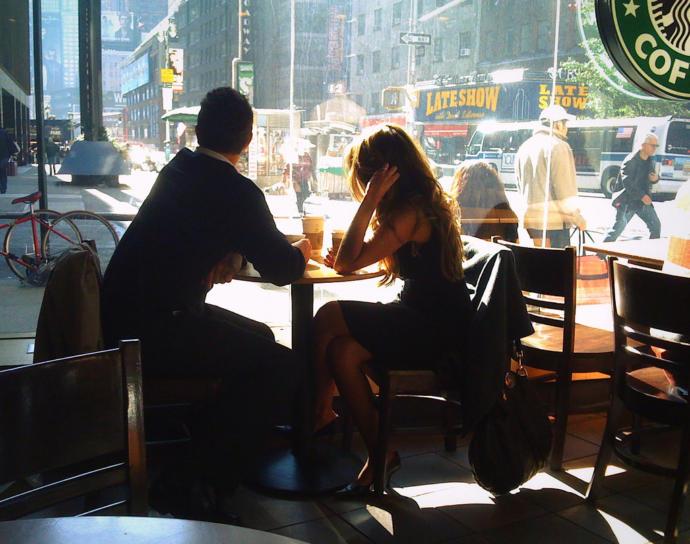 İlk buluşmada sahilde bir kahve içmek mi yoksa şık bir restorantta yemek yemek mi daha idealdir?
