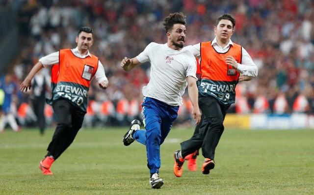 Ünlü YouTuber, Türkiye'de oynanan Liverpool-Chelsea maçında sahaya atladı. Sen ne düşünüyorsun?