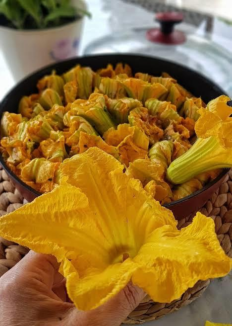 Bir tabak daha💜 Kabak çiçeği dolması mı olsun Enginar dolması mı olsun?