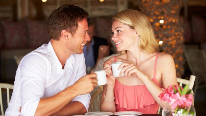 kahve tutan kadın ve erkek