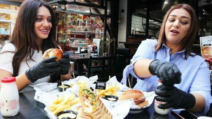 Yeni nesil restoran uygulaması; eldivenle yemek! Yemeği çıplak elle mi yoksa eldivenle mi yemeyi tercih edersin?