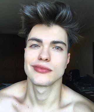 Sizce bu genç yakışıklı mı lütfen dürüst olun?