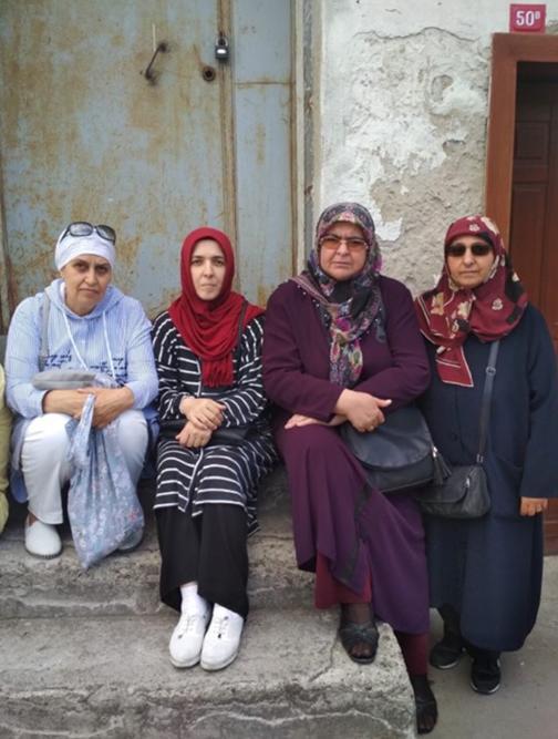 Sütlüce'de bulunan Ak Parti İl Bşk. lığı binası önünde toplanan aileler