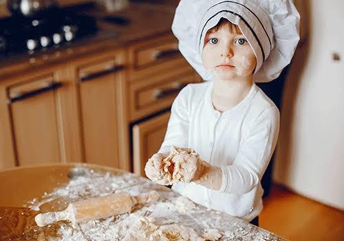 Çocuklar kaç yaşından sonra mutfakta annesine yardım edebilir?
