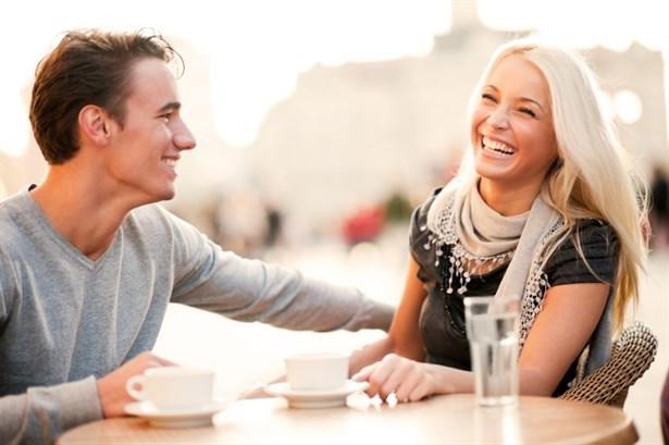İnsan sevdiğinin muhabbetine mi bağlanır yoksa muhabbetini sevdiği birisine mi?