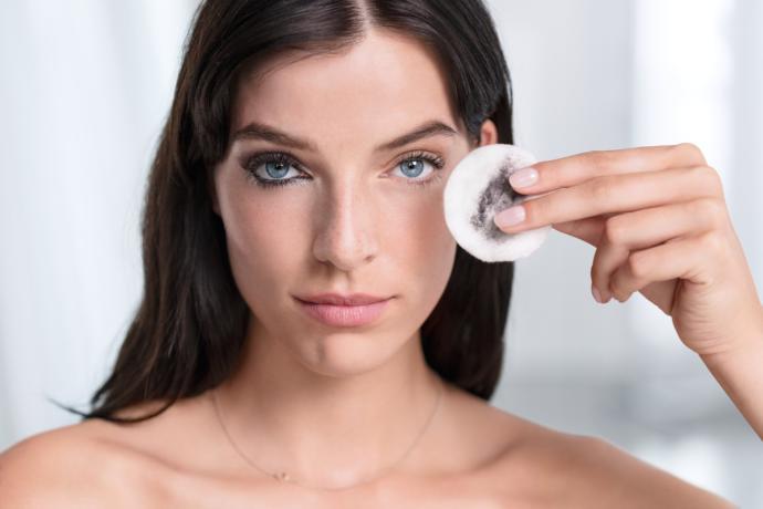göz makyajı temizlemek