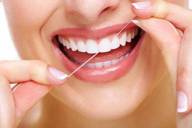 Dişlerin arasına kaçan besinleri kürdanla mı temizlersiniz, diş ipiyle mi? Sizce hangisi daha sağlıklı?