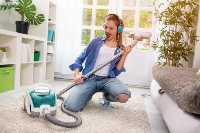 Ses sistemi sayesinde evin her yanından duyulan enerjik bir müzik seni evi temizliği için motive edebilir.