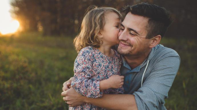 Ailesinden sevgi/ilgi görmeyen birey kendi çocuklarına karşı nasıl olur?