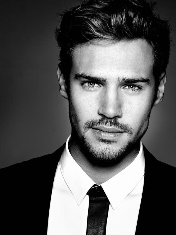 Arkadaşlar bu adam yakışıklı mı..,,?