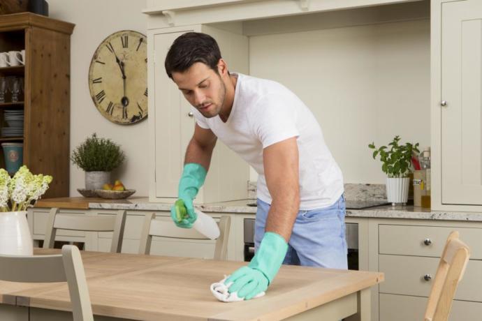 temizlik yapan erkek