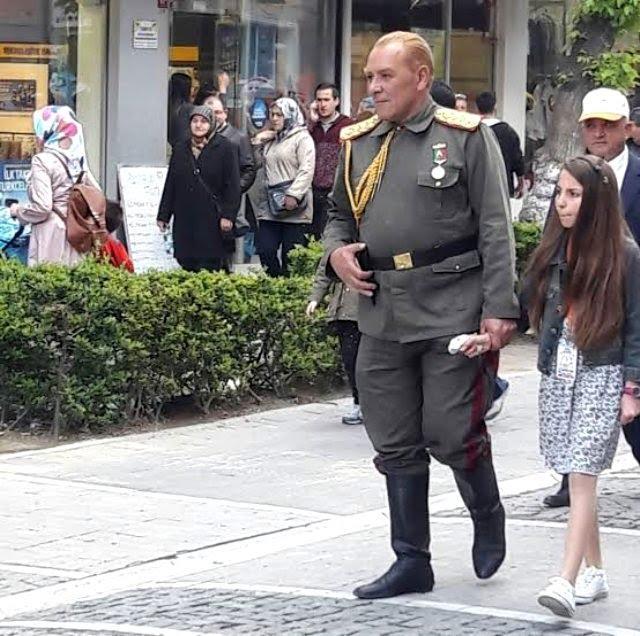 Atatürk'e benzeyen isim, sokaklarda asker üniformasıyla tur atıyor! Bu adam insanların milli duygularını kullanmıyor mu?