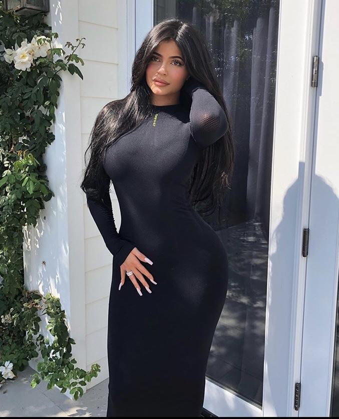 Kylie Jenner'ın fiziği doğal mı yoksa dolgu mu?