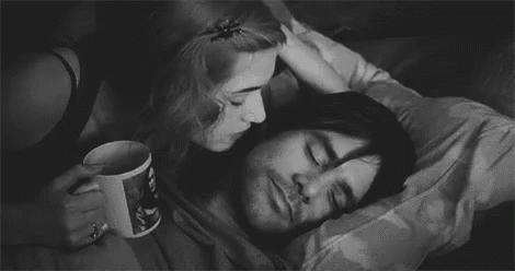 Bir erkeği  ya da  kadını uykudan tatlı bir öpücük ile mi yoksa şehvet ve arzu dolu bir öpücükle mi kaldırmak daha mutlu eder?