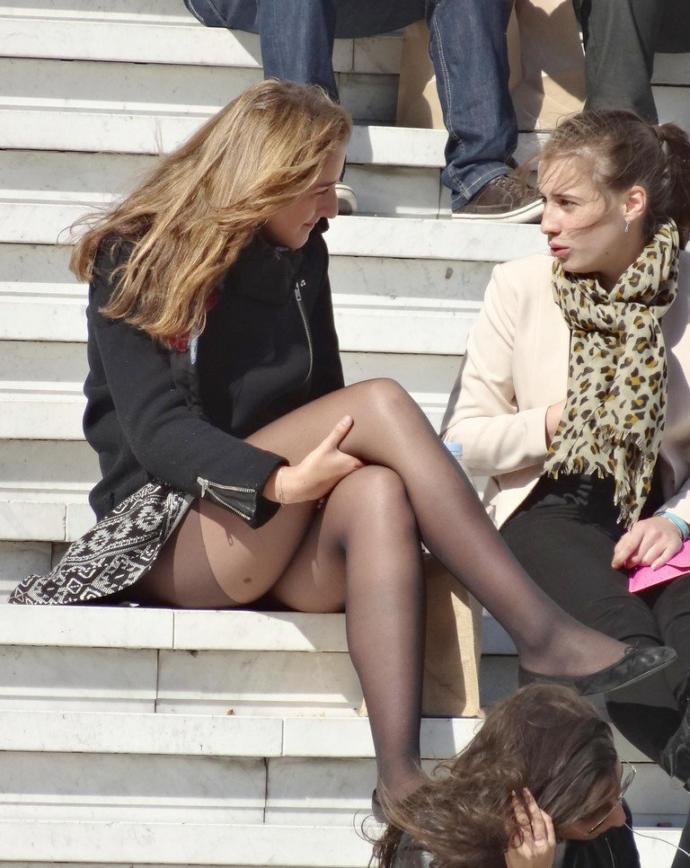 Böyle çorabının ağı gözükerek oturan bir kız... ?