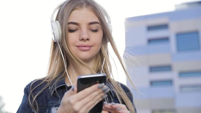 Kulaklıklarınızla müzik dinlerken hafifçe dans edip tempo tuttuğunuz oluyor mu, dans ediyor musunuz?