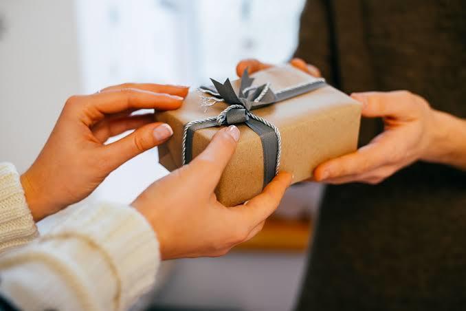 Evli çiftlerin özel günlerde hediye alması çok saçma değil mi?