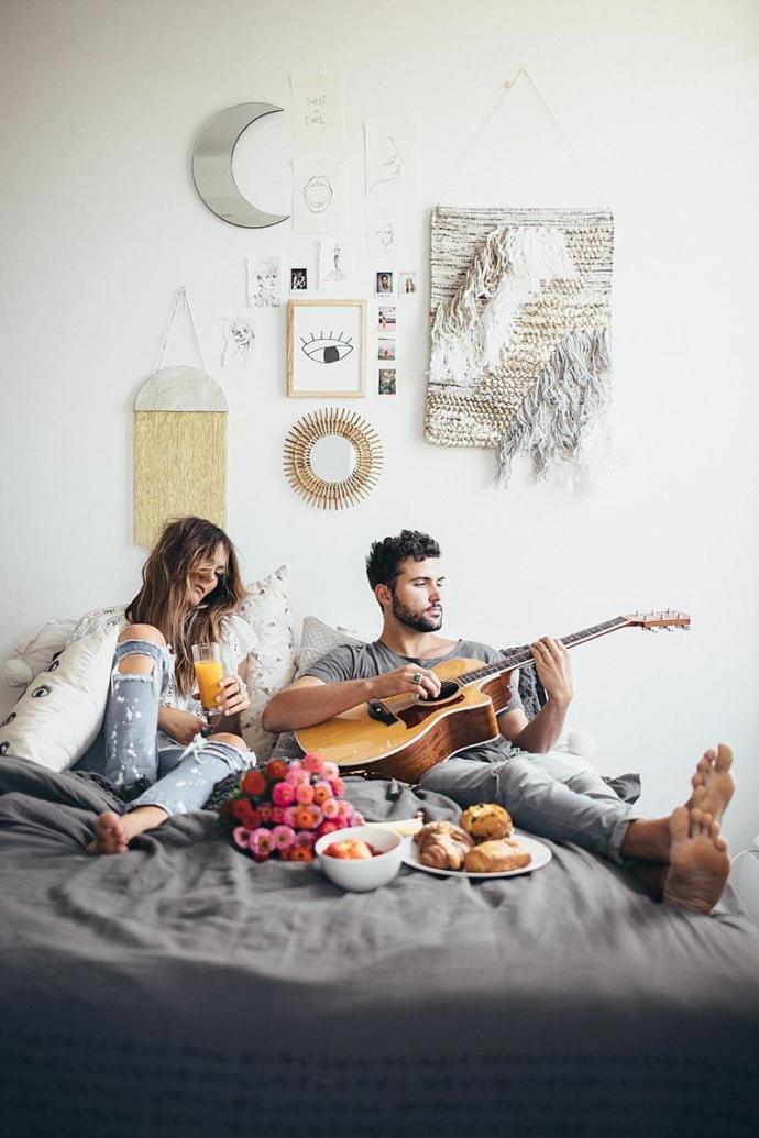 Sevgiliyle mi uyumak daha iyi yoksa tek mi uyumak daha iyi?