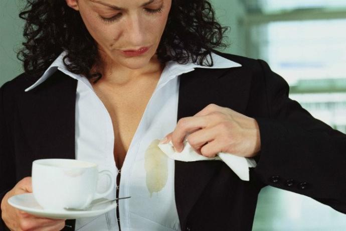 Birisi yepyeni gömleğine kahve dökse ne tepki verirsin?