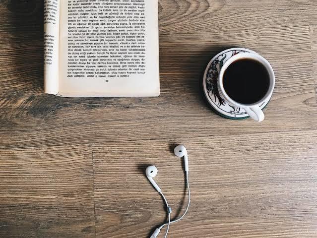 Kitap okurken müzik dinleyenlerden misiniz, sessizliği tercih edenlerden misiniz?