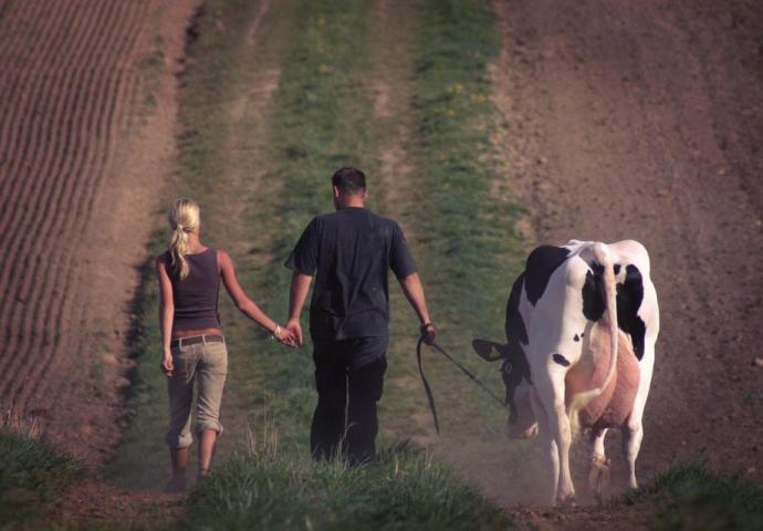 Sizce tatilde köyüme gideriz diyen sevgili mi yoksa tatil köyüne götüren sevgili mi daha öndedir?