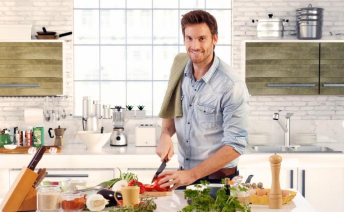Bir erkek güzel yemek yapıyorsa bu kızları şaşırtıyor mu?